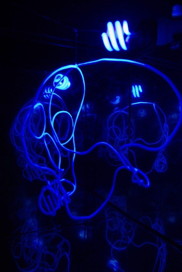 Le Son de Lumière <p><strong>VANITAS</strong></p> <p>Acier, miroirs sans tain, Fil de métal recuit, peinture fluorescente blanche, ampoule lumière noire</p> <p>43 cm X 38 cm</p>  - Helenbeck Gallery Nice