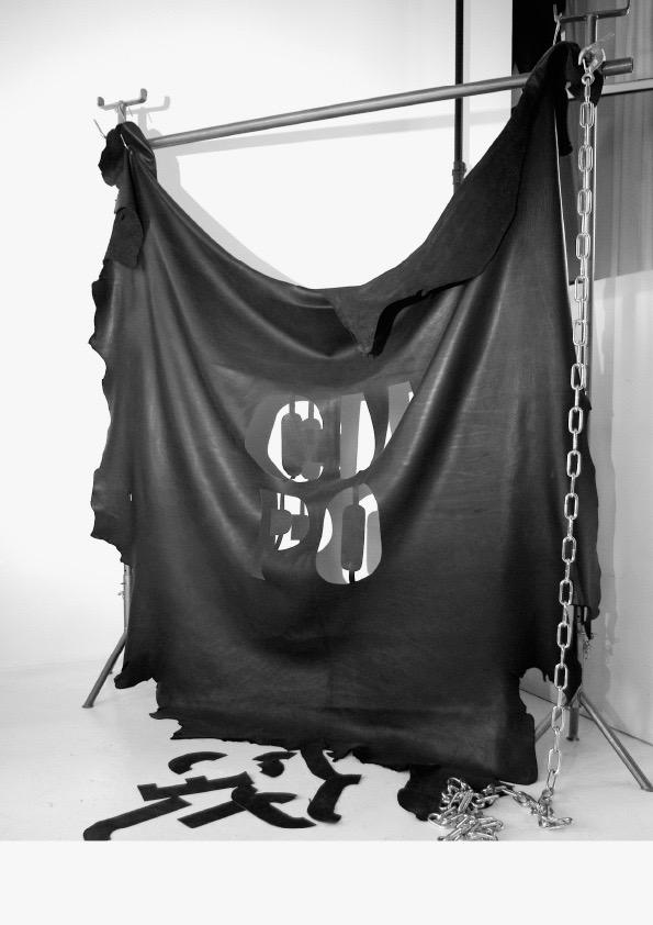 Le Son de Lumière <p><strong>CUPO</strong></p> <p>Peau en cuir noir, crochets de boucher, chaîne</p> <p>250 cm X 250 cm</p>  - Helenbeck Gallery Nice
